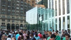 """Line at Apple Store in NYC"" by Rob DiCaterino from Jersey City, NJ, USA - Apple Store, 5th Ave., NYC, 7/12/08 - 13 of 19Uploaded by Allmightyduck. Licensed under CC BY 2.0 via Wikimedia Commons"